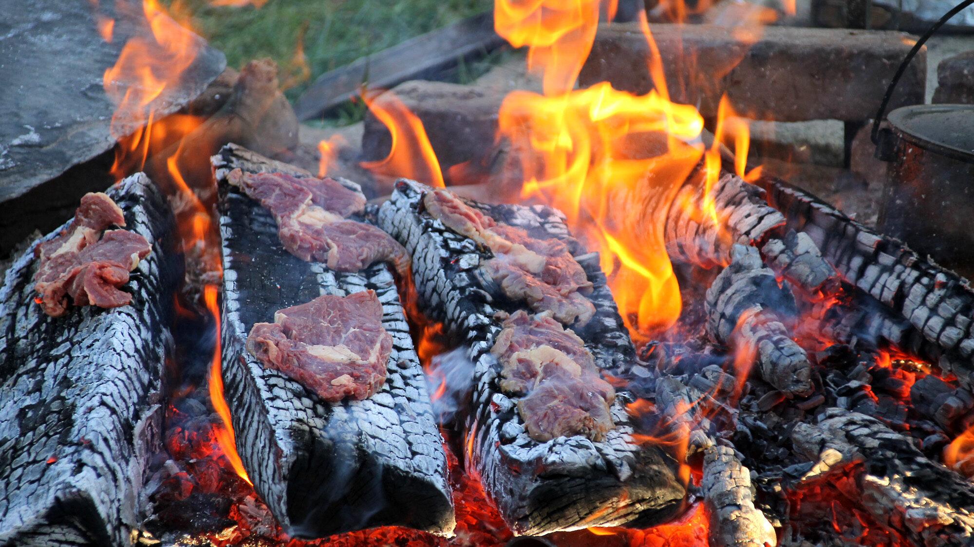 Rib-Eye-Steak vom Holzscheit